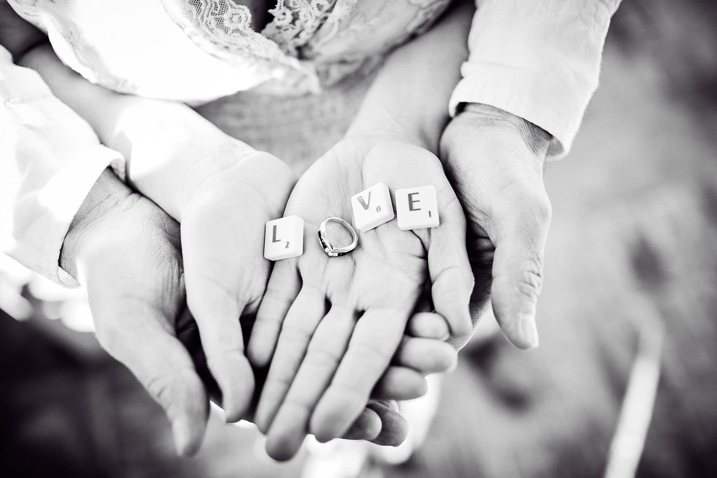 Emotionale Trauung auf dem Landgut-Lingental - Ein Brautpaar legt mit Scrabble Steine das Wort Love
