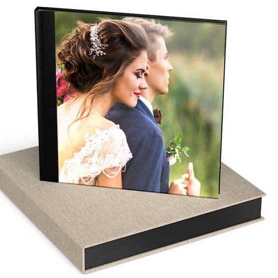 Ein Hochzeitsbuch steht auf einer Geschenkbox
