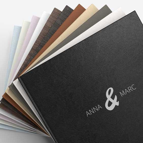 Hier sieht man die verschiedenen Oberflächen der Einbände vom Hochzeitsbuch