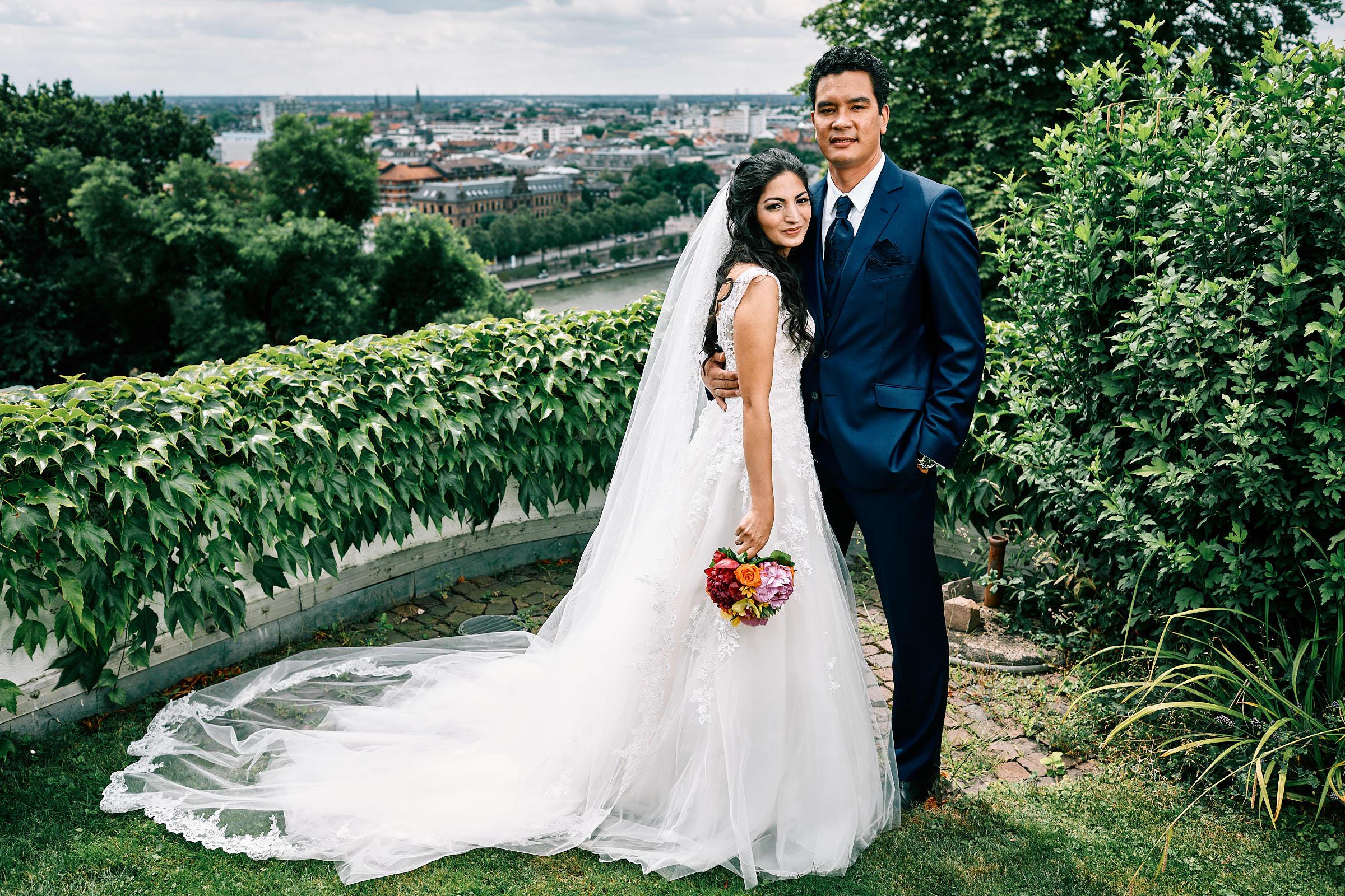 Als Hochzeitsfotograf in Heidelberg - Ein Hochzeitspaar shootet in ihrem Garten mit dem Hochzeitsfotograf Onelovephoto.
