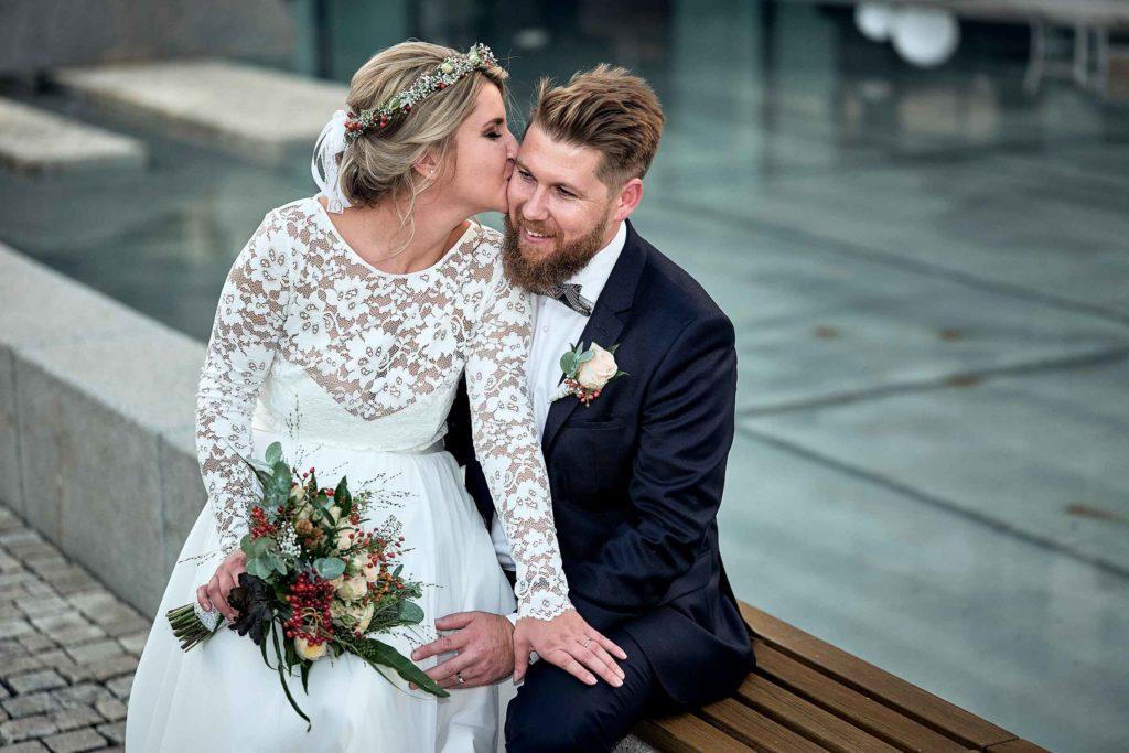 Hochzeit im Lufthansa Hotel in Seeheim - Eine Braut sitzt bei ihren Bräutigam gemeinsam auf einer Bank