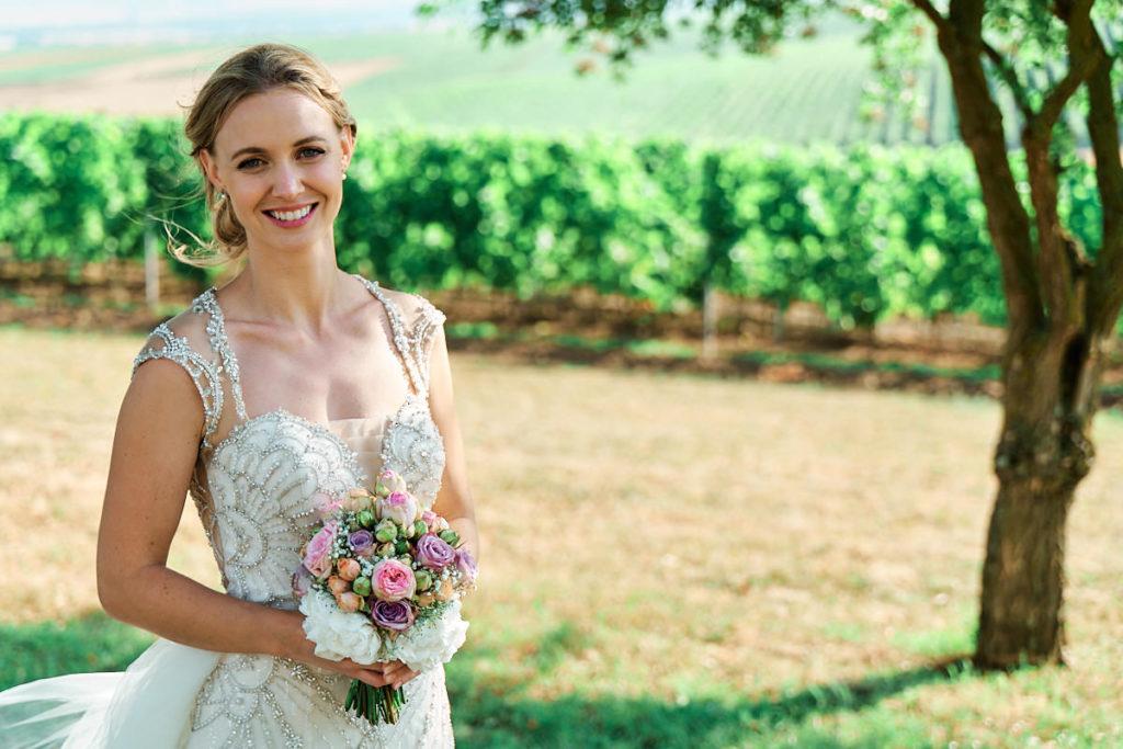 Eine traumhaft schöne Braut im atemberaubenden Hochzeitskleid, beim Shooting in Rheinhessen zwischen Weinreben.
