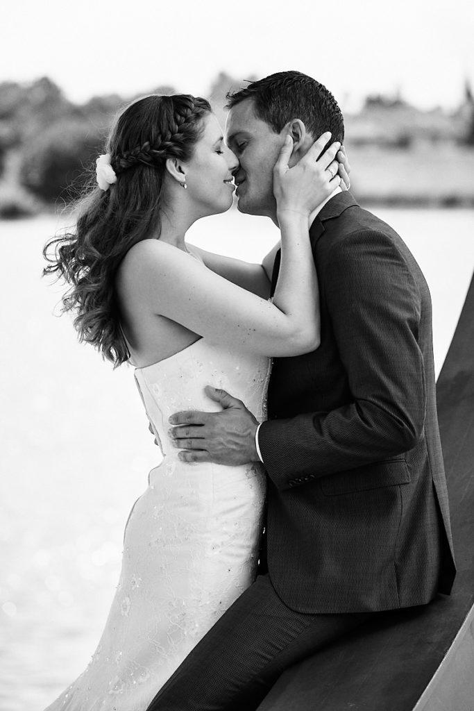 Ein Hochzeitspaar küsst sich bei Hochzeitsshooting in Ladenburg am Neckar