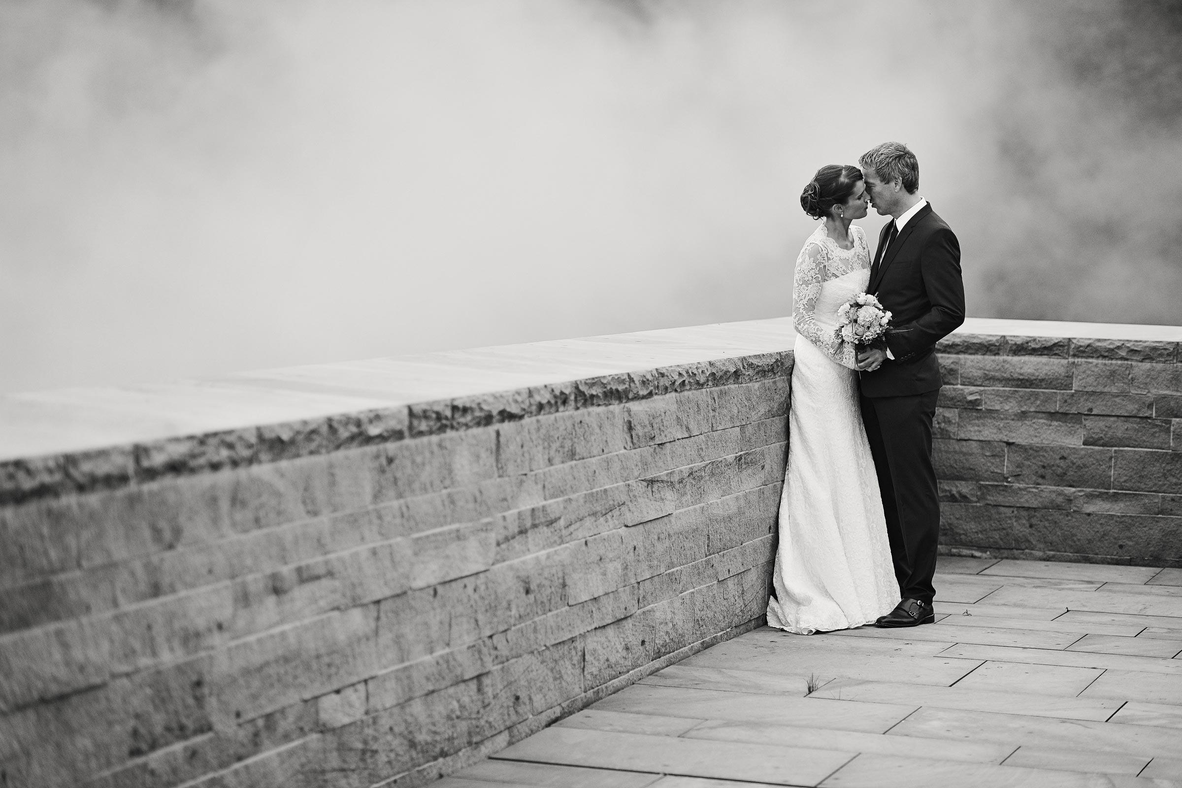 Ein Hochzeitspaar steht im November Nebel im Hambacher Schloss