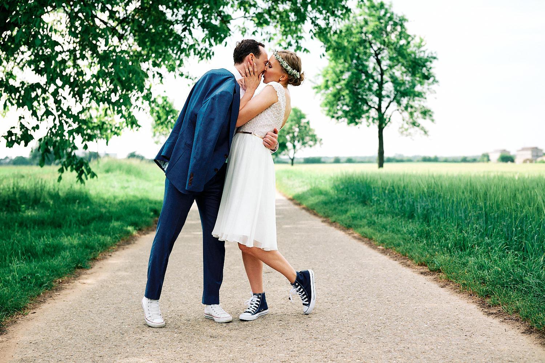 Das Hochzeitspaar küsst sich bei ihrer Vintage-Hochzeit - Traumhochzeit im Hotel Grenzhof Heidelberg
